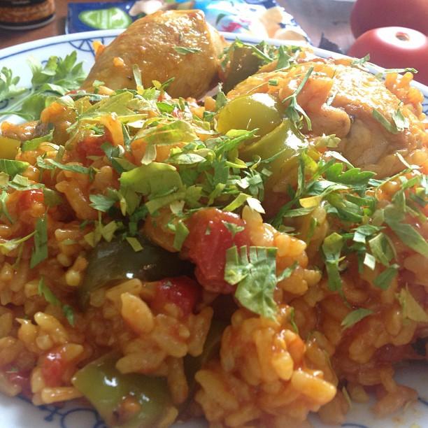 Heute gibt's feurige Hähnchen Paella mit Paprika. Auf alle Fälle besser gelungen als die Wraps von neulich. ;-) <a rel=