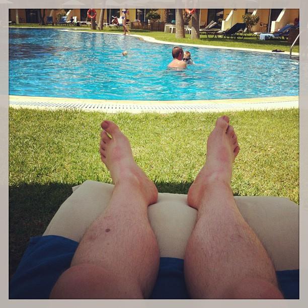 Beweisfoto! (Ich weiß, kein schöner Anblick. Also die Füße. Der Pool ist geil.) - via Instagram