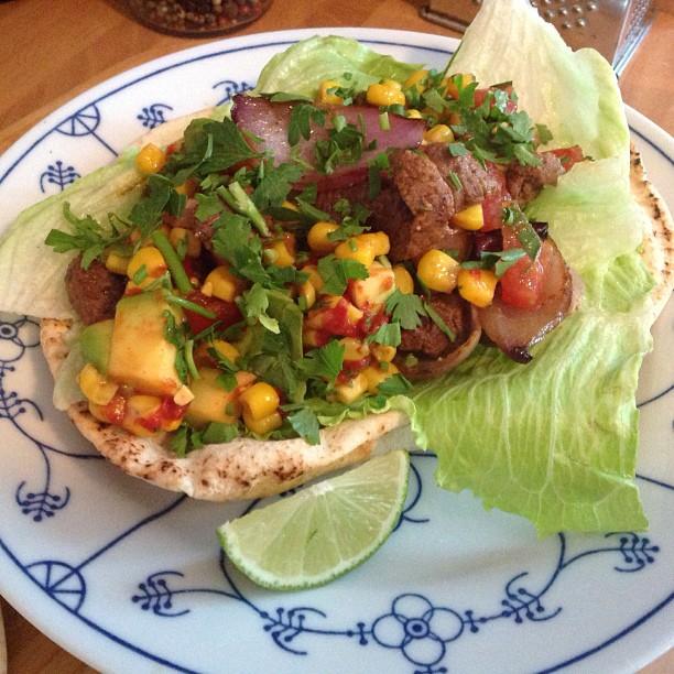 Das Rezept sagt: Mexikanische Steakwraps mit Zuckermais-Avocado-Salsa und gegrillten roten Zwiebeln. Ich sage: Wurstbrot in fancy ;-) <a rel=