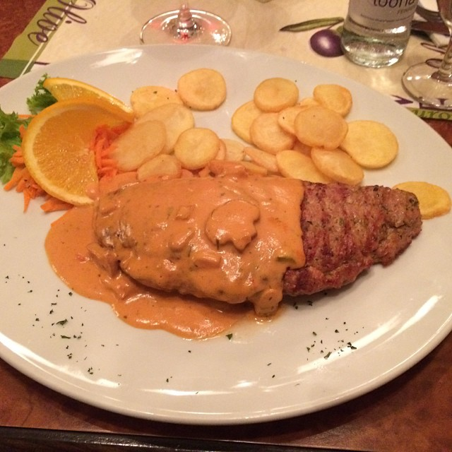 Es gibt Bifteki, ausnahmsweise nicht selbst gekocht... <a href='https://www.senselesswisdom.net/tag/foodporn/' rel='tag'>#foodporn</a> - via Instagram