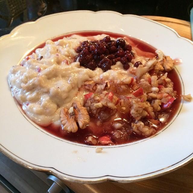 Improvisiertes kleines Mittag: Grießbrei mit Apfel-Nuss-Ingwer-Mischung und Beeren - Geht auch als Dessert :-) - via Instagram