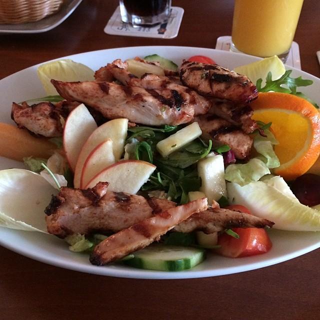 Lecker Salat mit Hähnchenbruststreifen #35 #foodporn - via Instagram