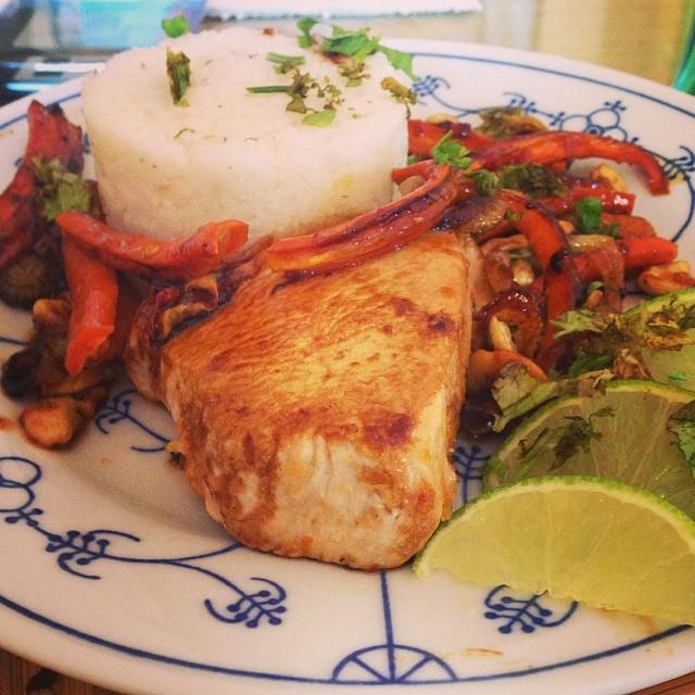 Wieder eine Mahlzeit gebastelt: Putenbrust mit pikanter Glasur dazu Möhren vom Blech #foodporn #hellofresh - via Instagram