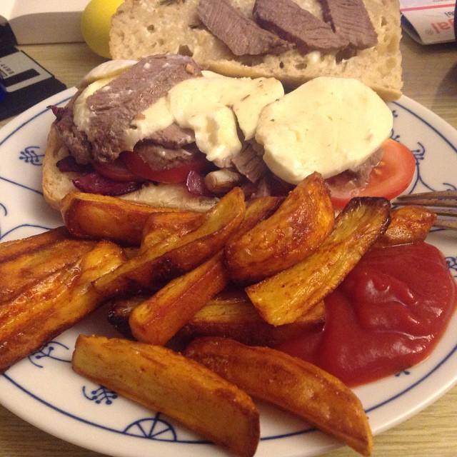 So, heute gibt&#039;s Quasi-Fast-Food (hat eine Stunde gedauert): Steak-Sandwich mit selbst gemachten Pommes :-) #hellofresh <a href='https://www.senselesswisdom.net/tag/foodporn/' rel='tag'>#foodporn</a> - via Instagram