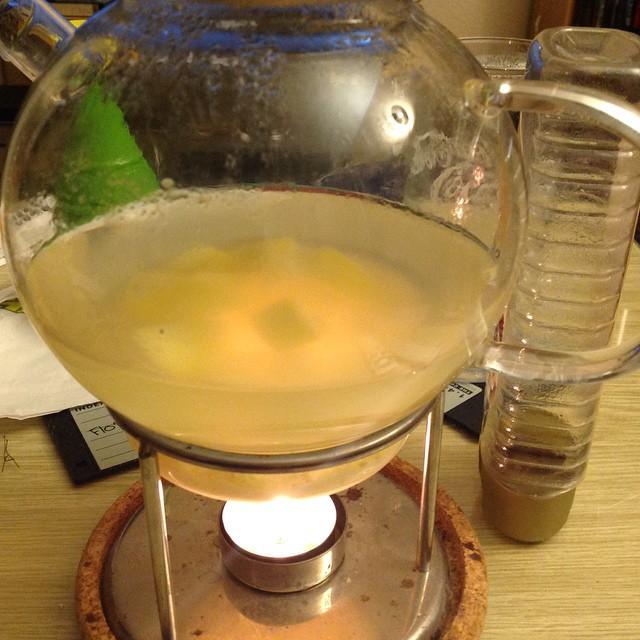 Boah, der selbstgemachte Zitronen-Ingwer-Tee ätzt echt alles weg. Soll aber gut gegen Erkältung sein. #stiftunghausmitteltest - via Instagram