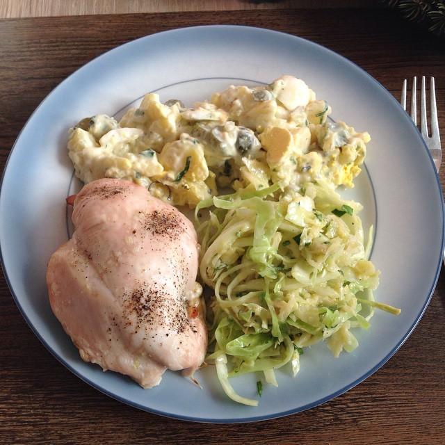 Gefüllte Hähnchenbrust mit Kartoffel- und Krautsalat. ;-) #foodporn Mahlzeit! - via Instagram