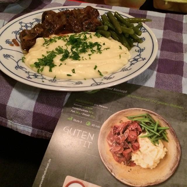 Fast wie uff'n Foto: Beef-Eintopf mit Kartoffelbrei und Bohnen (aus drei separaten Töpfen übrigens) <a rel=