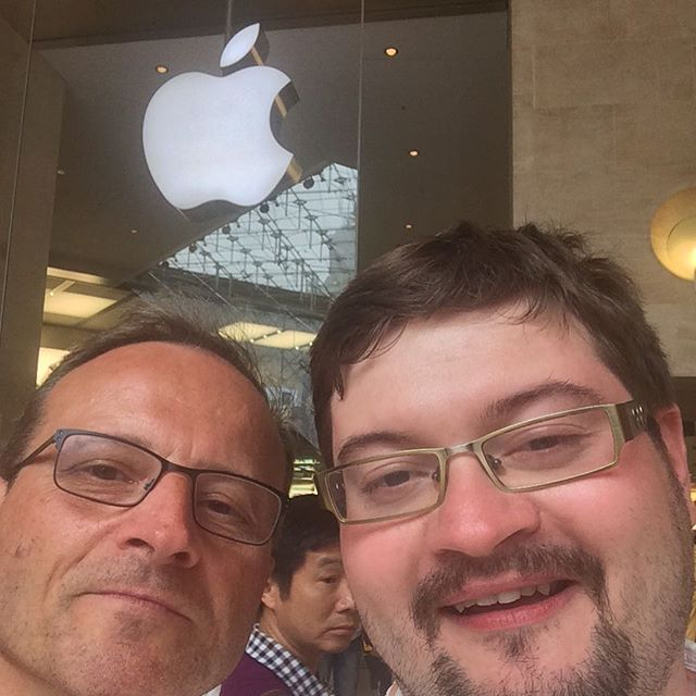 Und mal was ganz unfranzösisches: Papa und ich beim Obsthändler. ;-) - via Instagram