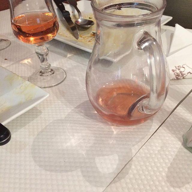 Die Farfalle in Lachssoße hab' ich wieder nicht geknipst, aber dafür die Reste vom Rosé. :) Und wieder Italienisch in Frankreich... - via Instagram