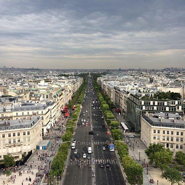 Heute früh Louvre, Foto von ML nahezu unmöglich. Hier auch nicht auf dem Bild: l'arc de triomphe. Da stehen wir nämlich drauf. - via Instagram