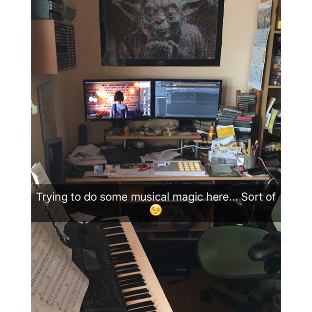Schreibtisch sieht wieder aus wie Sau... - via Instagram