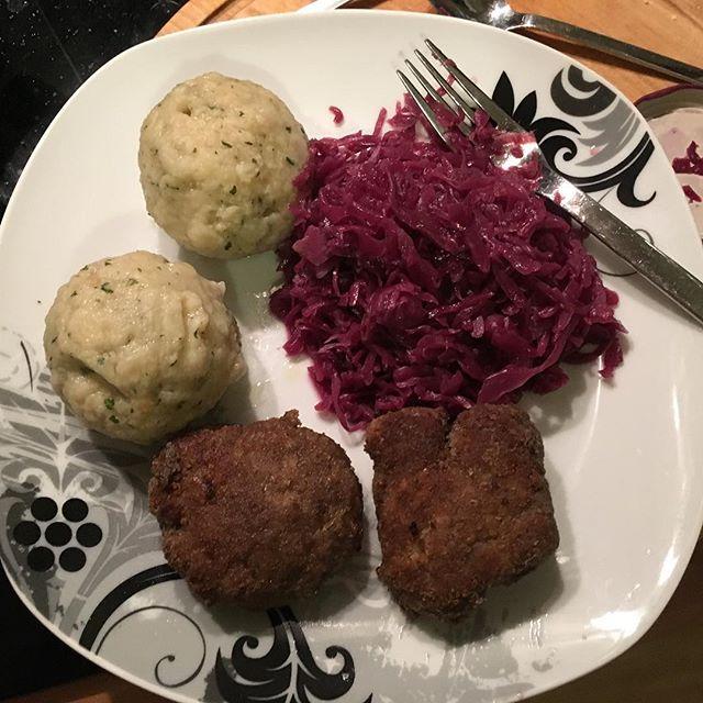 Buletten mit Semmelknödel und Rotkohl #foodporn #beinahewieweihnachten - via Instagram