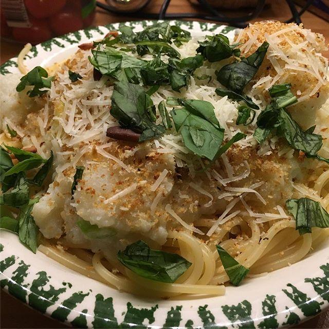 Spaghetti mit zitroniger Blumenkohlsoße, Pinienkernstreuseln und mies geschnittenem Basilikum #foodporn #hellofresh - via Instagram