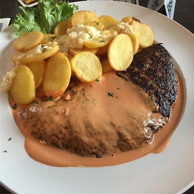 Lecker Bifteki mit Röstkartoffeln und Knofi <a href='https://www.senselesswisdom.net/tag/foodporn/' rel='tag'>#foodporn</a> - via Instagram