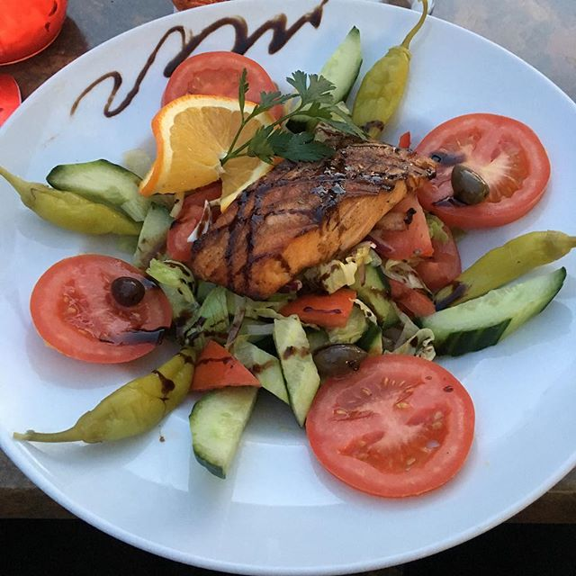 Chef-Salat mit Lachsfilet #foodporn - via Instagram
