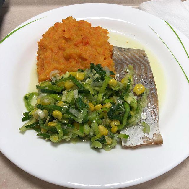 Fischfilet mit Kartoffel-Karotten -Pürree #mensa #foodporn - via Instagram