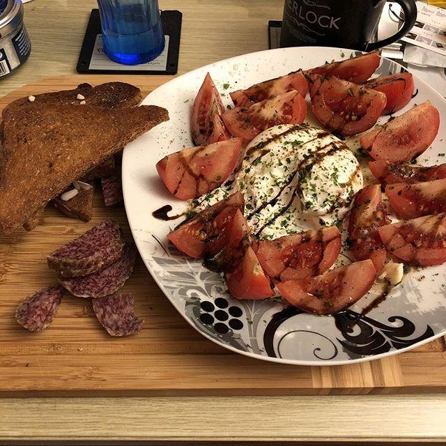 Burrata, Tomaten und Knoblauchbrot... <a rel=