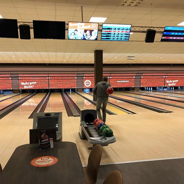 Männer mit harten, bunten Bällen... #bowling #wednesday - via Instagram