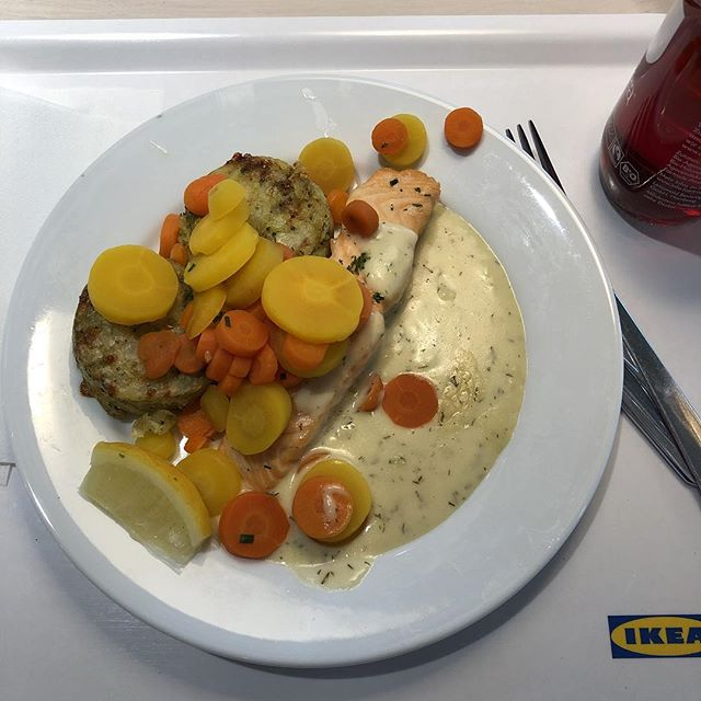 Laksfilé mit Gemüsepuffer <a href='https://www.senselesswisdom.net/tag/foodporn/' rel='tag'>#foodporn</a> - via Instagram
