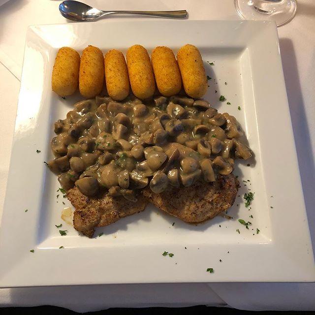 Heute zum Abendessen: Schweinesteaks mit Pilzsoße und Kroketten <a rel=