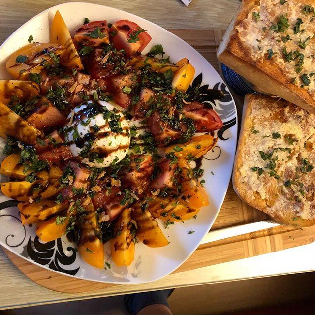 Bunte Tomaten, Burrata mit Basilikum und Knoblauch-Ciabatta (auf leider viel zu kleinen Teller) #italian <a rel=